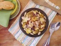 Pommes de terre frites avec des haricots blancs images libres de droits