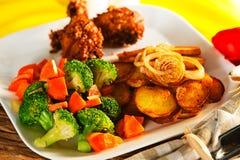 Pommes de terre frites avec les légumes et le poulet Photographie stock