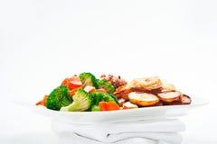 Pommes de terre frites avec les légumes et le poulet Images libres de droits