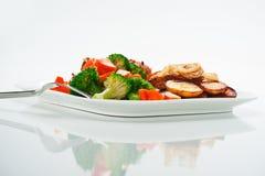 Pommes de terre frites avec les légumes et le poulet Image libre de droits