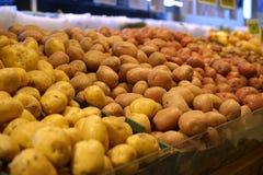 Pommes de terre jaunes, rouges, et brunes Photographie stock libre de droits
