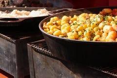 Pommes de terre rôties étant vendues au marché d'agriculteurs Photo libre de droits