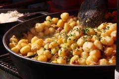 Pommes de terre rôties étant vendues au marché d'agriculteurs Photos stock