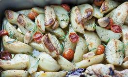 Pommes de terre rôties avec les tomates de coctail, le poulet et l'oignon rouge Photographie stock