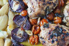 Pommes de terre rôties avec les tomates de coctail, le poulet et l'oignon rouge photos stock