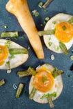 Pommes de terre soutenues avec les oeufs, le haricot d'asperge, le céleri et l'oignon vert photo stock