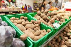 Pommes de terre sur l'étagère de légume de supermarché Images libres de droits