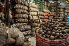 Pommes de terre sur le marché végétal sud-américain Images libres de droits