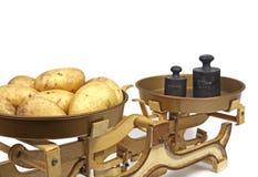 Pommes de terre sur le poids Images libres de droits