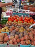 Pommes de terre, tomates, myrtilles et Cukes Images stock