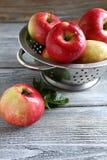 Pommes douces dans la passoire Image stock