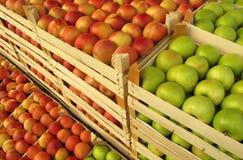 Pommes en vendant des caisses sur le marché Photo stock