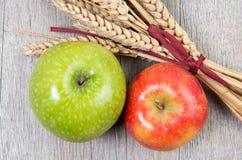 Pommes et épis de blé Photos stock