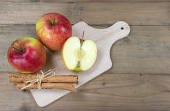 Pommes et bâtons de cannelle rouges Photos libres de droits
