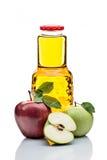 pommes et bouteille rouges et vertes de jus sur le blanc Photographie stock
