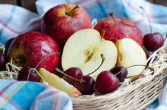 Pommes et cerise rouges sur une serviette Image stock