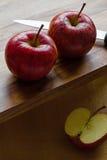 Pommes et couteau royaux de gala sur le fond en bois avec le copyspace Photos libres de droits