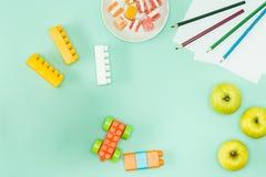 Pommes et crayons De nouveau au concept d'école Photographie stock libre de droits