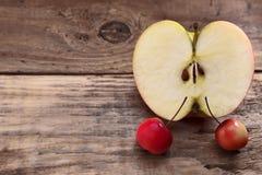 Pommes et demi entiers Images stock