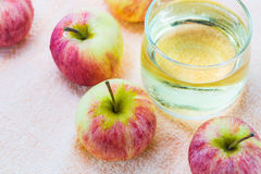 Pommes et jus Image stock