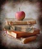 Pommes et livres Photographie stock libre de droits