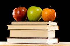 Pommes et livres photos stock