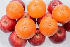 Pommes et oranges rouges sur le blanc Photo libre de droits