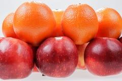 Pommes et oranges rouges sur le blanc Image libre de droits