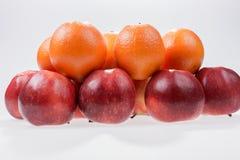 Pommes et oranges rouges sur le blanc Photos libres de droits