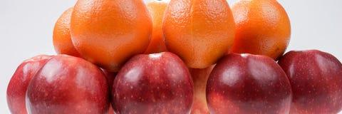 Pommes et oranges rouges sur le blanc Images libres de droits