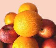 Pommes et oranges sur le marché Photo libre de droits