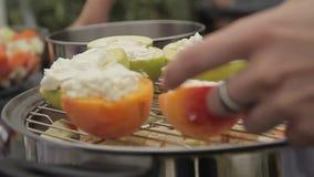 Pommes et pêches avec le fromage blanc banque de vidéos