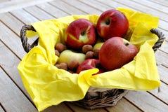 Pommes et panier Images stock