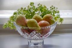 Pommes et poires mûres dans un vase en cristal Photos libres de droits