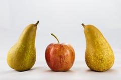 Pommes et poires mûres délicieuses et délicieuses sur un fond blanc Photographie stock
