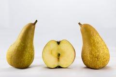 Pommes et poires mûres délicieuses et délicieuses sur un fond blanc Photos stock