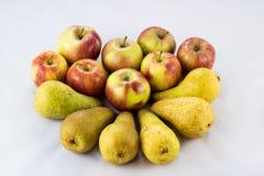Pommes et poires mûres délicieuses et délicieuses sur un fond blanc Image libre de droits