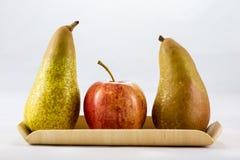 Pommes et poires mûres délicieuses et délicieuses sur un fond blanc Image stock