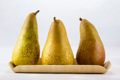 Pommes et poires mûres délicieuses et délicieuses sur un fond blanc Images libres de droits