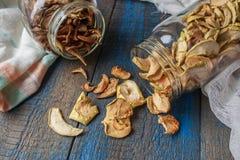 Pommes et poires sèches dans des pots Chips de fruit Images stock