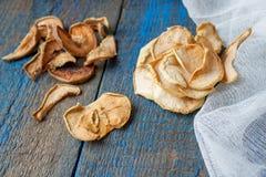 Pommes et poires sèches dans des pots Chips de fruit Photographie stock