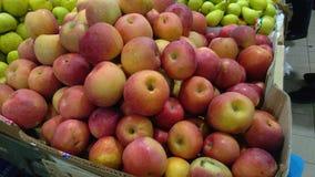 Pommes et poires sur le marché d'agriculteurs Image stock