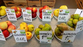Pommes et poires sur le marché d'Azuozeriai, Lithuanie Photos stock