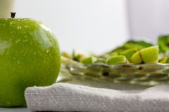 Pommes et salade de basilic Image libre de droits