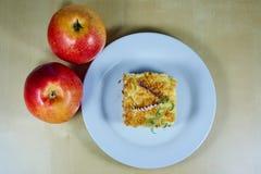 Pommes et tarte aux pommes mûres Images stock