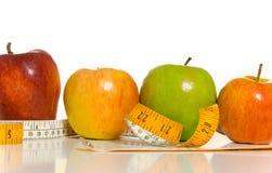 Pommes et une mesure de bande Photo stock
