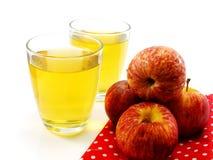 Pommes et verre rouges de jus de pomme frais Photos stock