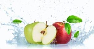 Pommes fraîches avec l'éclaboussure de l'eau Photos libres de droits