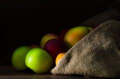 Pommes fraîches dans le sac photographie stock