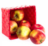 Pommes fraîches dans un panier Photos libres de droits